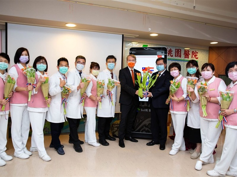 Netherlands gifts tulips to medical workers in Taiwan